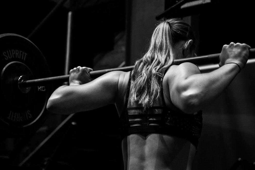 トレーニングしている女性
